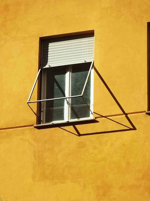 finestra su parete gialla